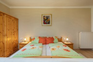 Bild: Lacknerhof Ferienwohnung Bergpanorama: Doppelbett und geräumiger Schrank