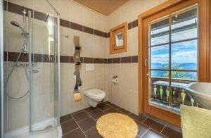 Bild: Lacknerhof Ferienwohnung Bergpanorama: Badezimmer mit Balkontür