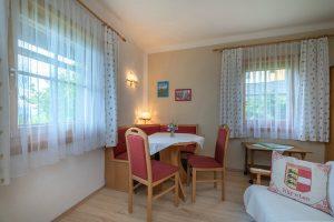 Bild: Lacknerhof Ferienwohnung Bergpanorama: Essgarnitur