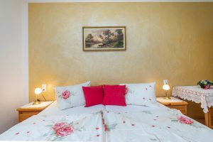 Bild: Lacknerhof Ferienwohnung Dorfblick: Schlafzimmer (Doppelbett)